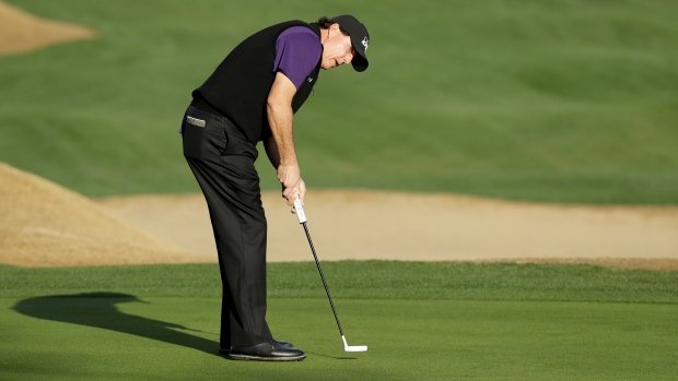 Phil Mickelson just misses birdie on 72nd hole, but Long does not