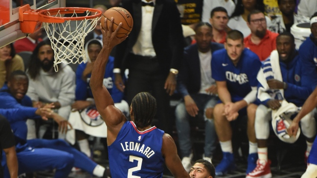 Kawhi Leonard Gets The Better Of Lebron James As Los Angeles Clippers Beat Lakers In Battle Of La Tsn Ca