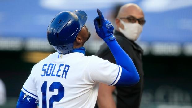 Braves acquire OFs Soler, Rosario