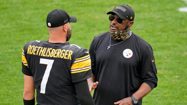 Mike Tomlin, right, talks with quarterback Ben Roethlisberger