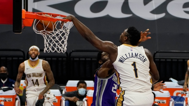 New Orleans Pelicans' Zion Williamson, right, and Sacramento Kings' Chimezie Metu