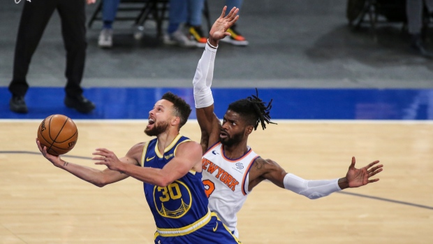 Stephen Curry Leads Golden State Warriors Past New York Knicks As Fans Return To Msg Tsn Ca