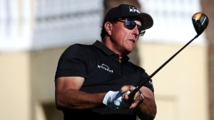 Mickelson in contention for third straight victory to open PGA Tour Champions career