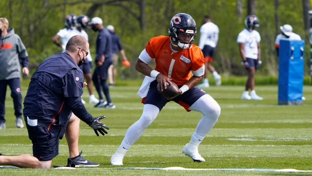 Fields signs rookie deal with Bears