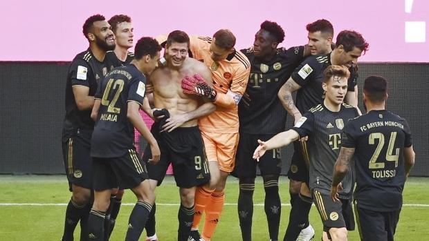 罗伯特・莱万多夫斯基(Robert Lewandowski)与拜仁慕尼黑庆祝