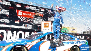 Larson lands extension, full sponsorship through 2023 with Hendrick Motorsports