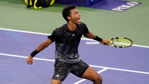 Auger-Aliassime holds on to advance at US Open