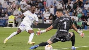 Madrid fans embrace Vinícius Júnior after not getting Mbappé