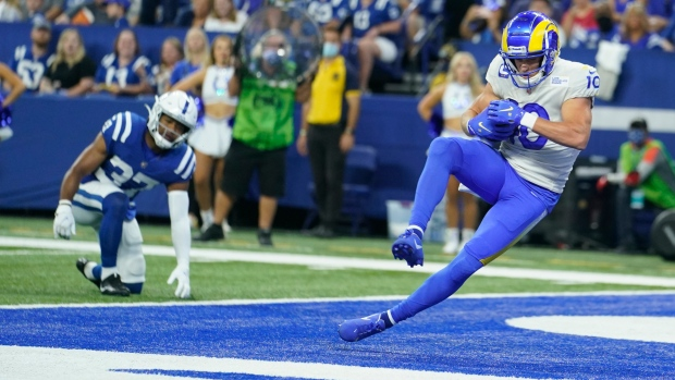 Wentz leaves with injury late as Colts fall to Stafford, Rams