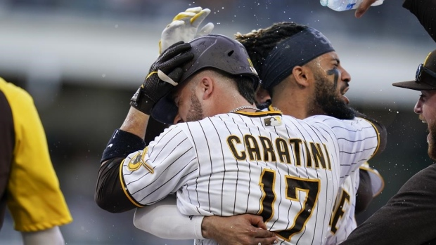 Caratini, Padres beat Giants in 10 to tighten NL West
