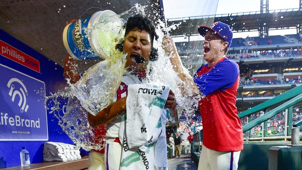Suarez shutout, Phillies top Pirates to win 5th in a row