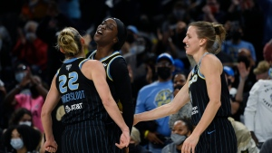 Vandersloot orchestrates Sky to brink of first WNBA title