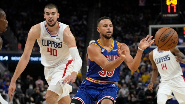 Curry scores 45, Warriors hold off Clippers