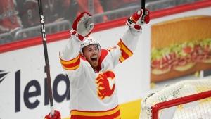 Lindholm's second hat trick lifts Flames past Caps in OT