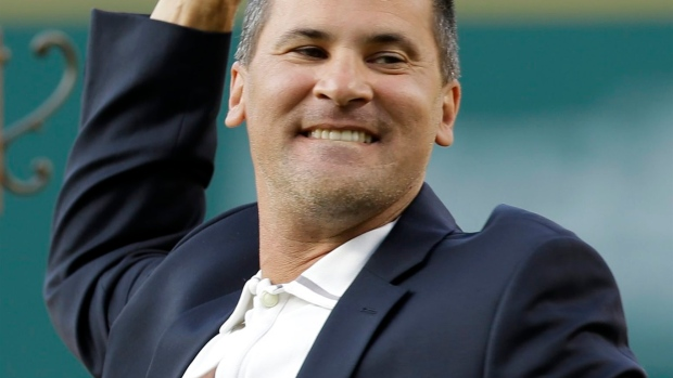 Omar Vizquel dazzles Indians fans again as he's inducted into team's Hall of Fame Article Image 0