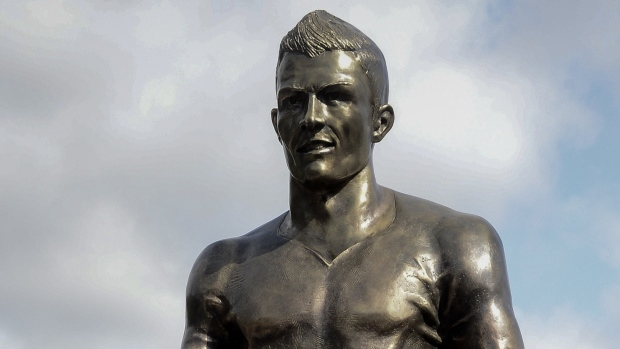 Messi S Name Painted On Ronaldo Statue In Portugal Tsn Ca