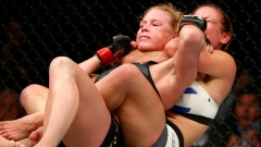 Miesha Tate chokes out Holly Holm to win the UFC bantamweight title