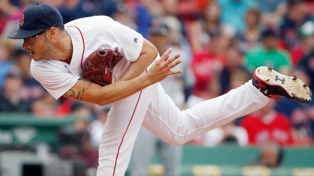 Dodgers sign Joe Kelly to three-year, $25 million deal