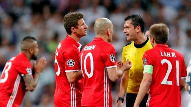 Bayern Munich yells at referee