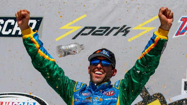 Stenhouse scores 1st career Cup victory with last-lap pass