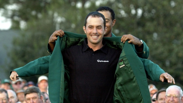 Mike-weir-gets-his-green-jacket-from-tiger-woods