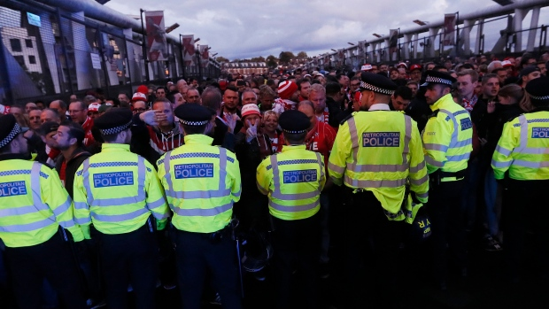 Police-block-cologne-supporters-outside-emirates-stadium